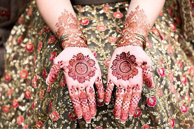 20+ Amazing Floral Mehendi Designs, 1. Central Flower Design