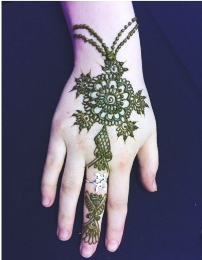 20+ Amazing Floral Mehendi Designs, 2. Big Flower Design with Jewellery Look
