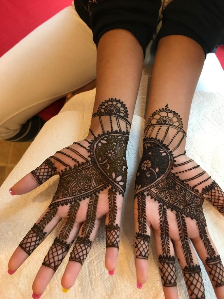 20+ Best Mehndi Designs for Bridesmaids!, 4. Artwork Design On Palm