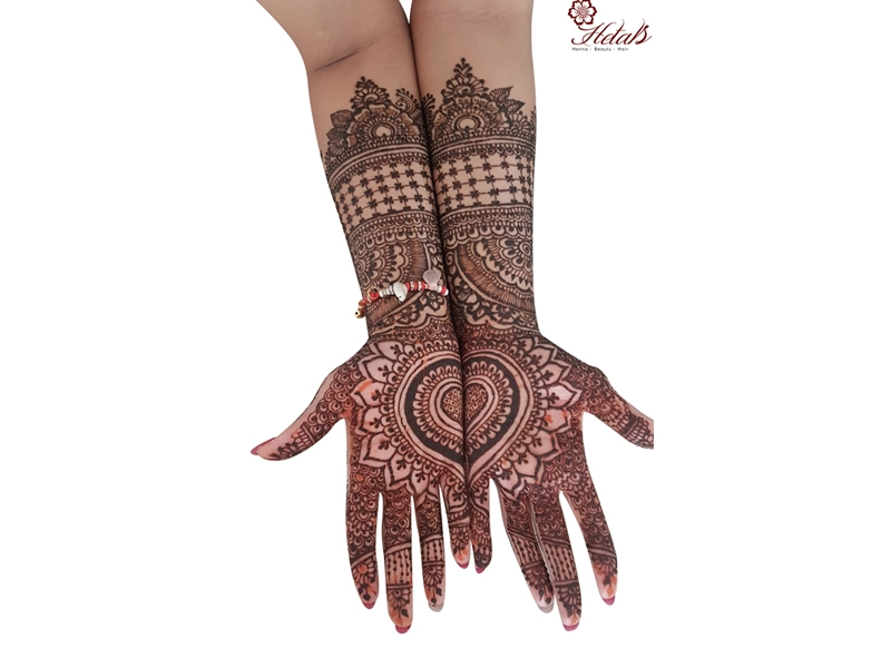 20+ Amazing Floral Mehendi Designs, 4. One Pattern Completing Two Hands