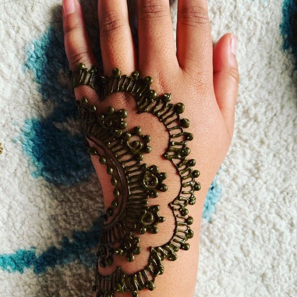 15+ Unique Mehendi Designs for Kids Hands– Check Out Now!, Side Roll Design