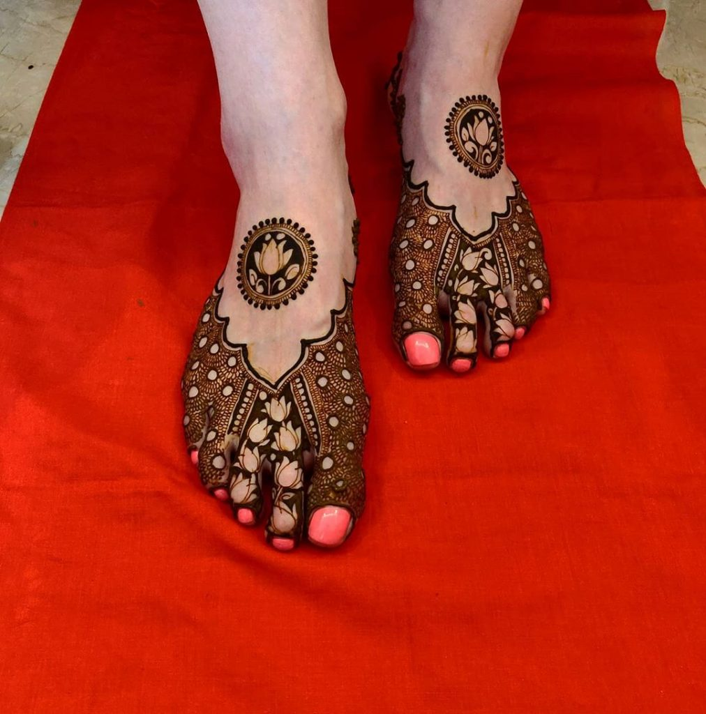24 Amazing Feet Mehendi Designs for Brides, 10. Half Feet Elegant Design