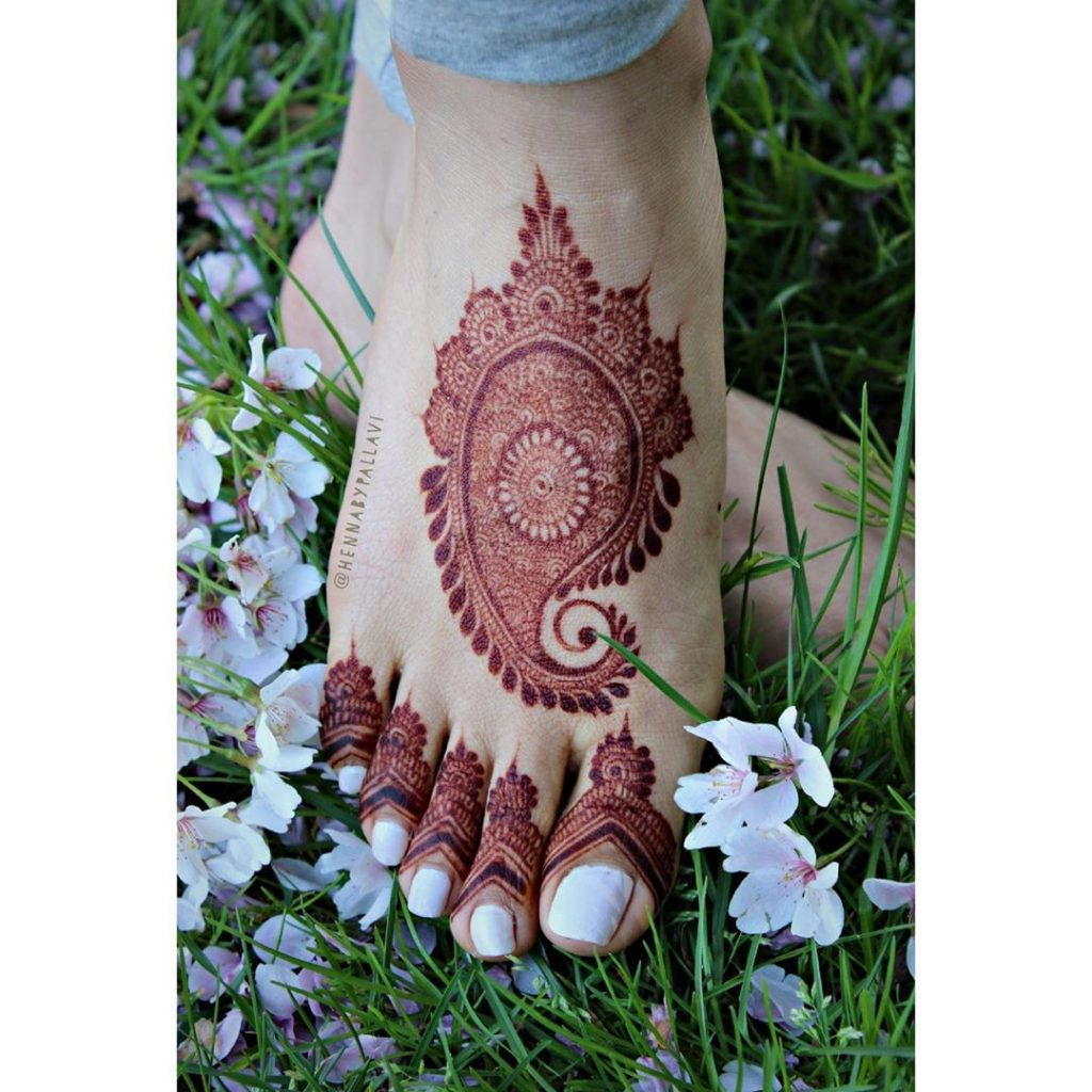 24 Amazing Feet Mehendi Designs for Brides, 7. Simple Feet Design