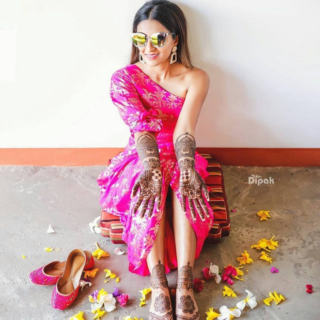 Real Brides Who Rocked In Off-Beat Mehendi Outfits You Have Never Seen Before!, weddinggaadi weddinggaadi 15973892469652