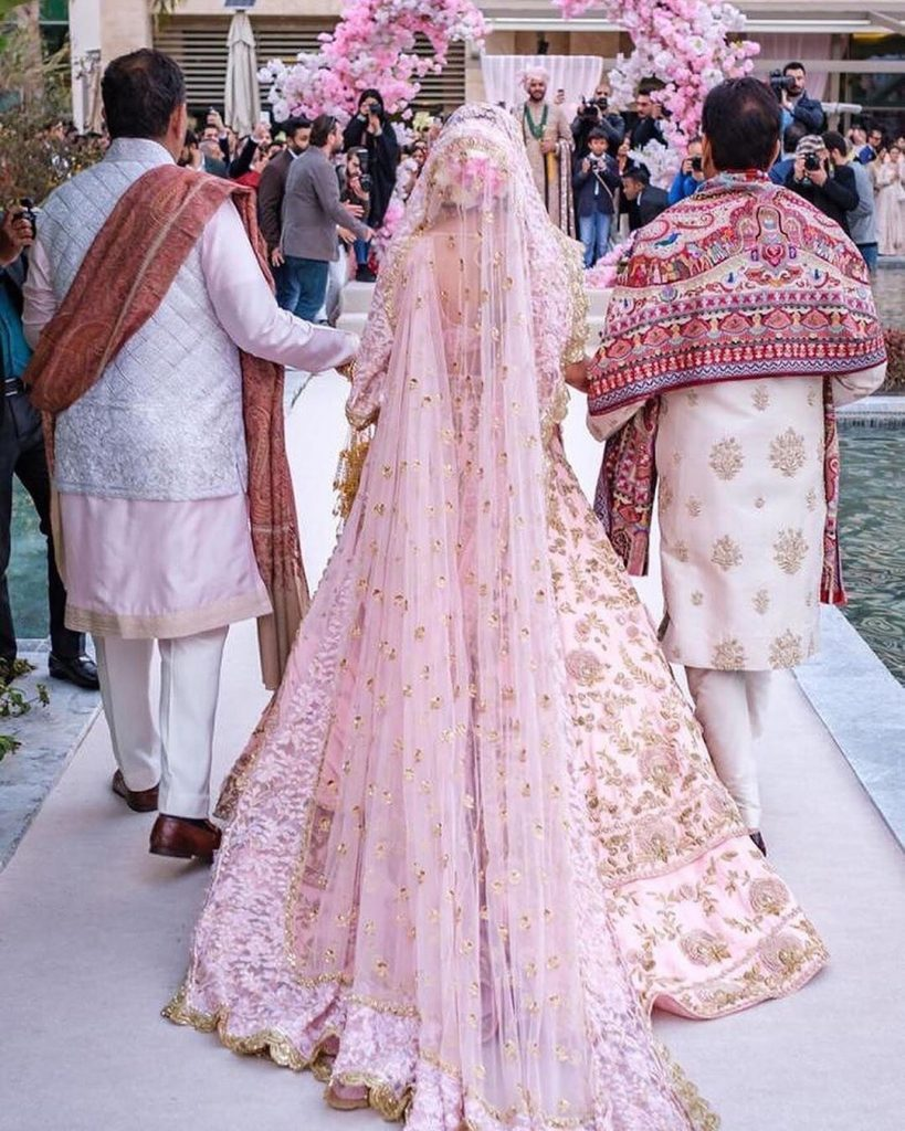 20 Gorgeous Bridal Trail Lehengas and Gowns That Made Our Jaws Drop!, wedmeplz wedmeplz 15967216041111